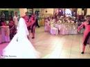 Невеста поет песню,подарок растрогал жениха